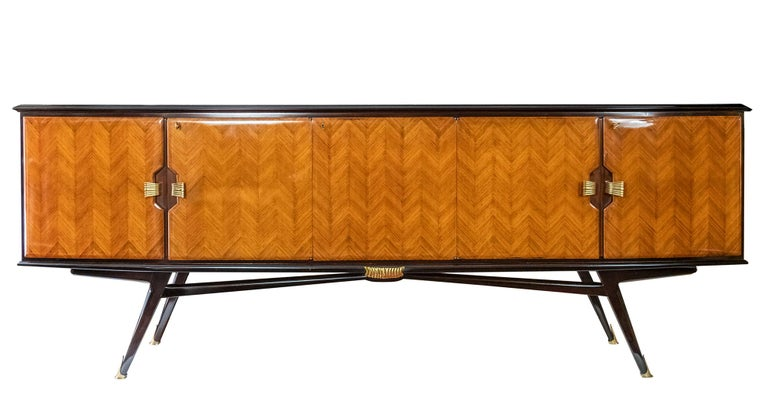 Italian vintage wood veneer sideboard from 1950s in the style of Paolo Buffa or Vittorio Dassi.