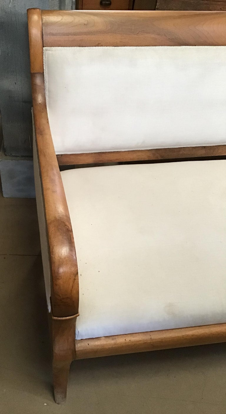 Early 20th Century Italian Walnut Sofa with White Upholstery from 1920s For Sale