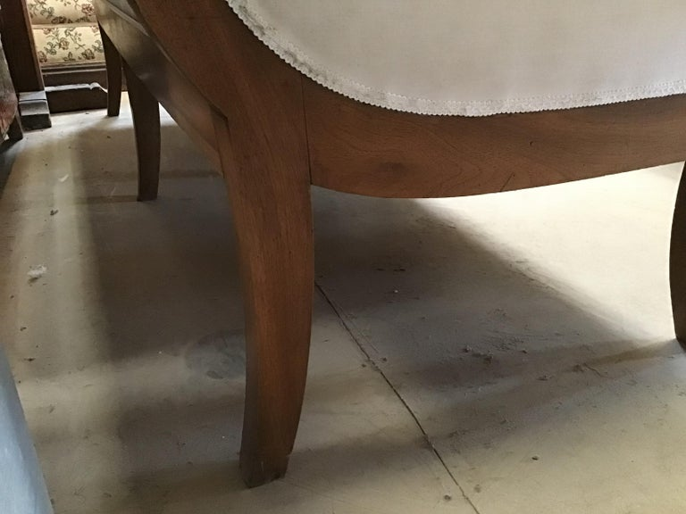 Italian Walnut Sofa with White Upholstery from 1920s For Sale 2