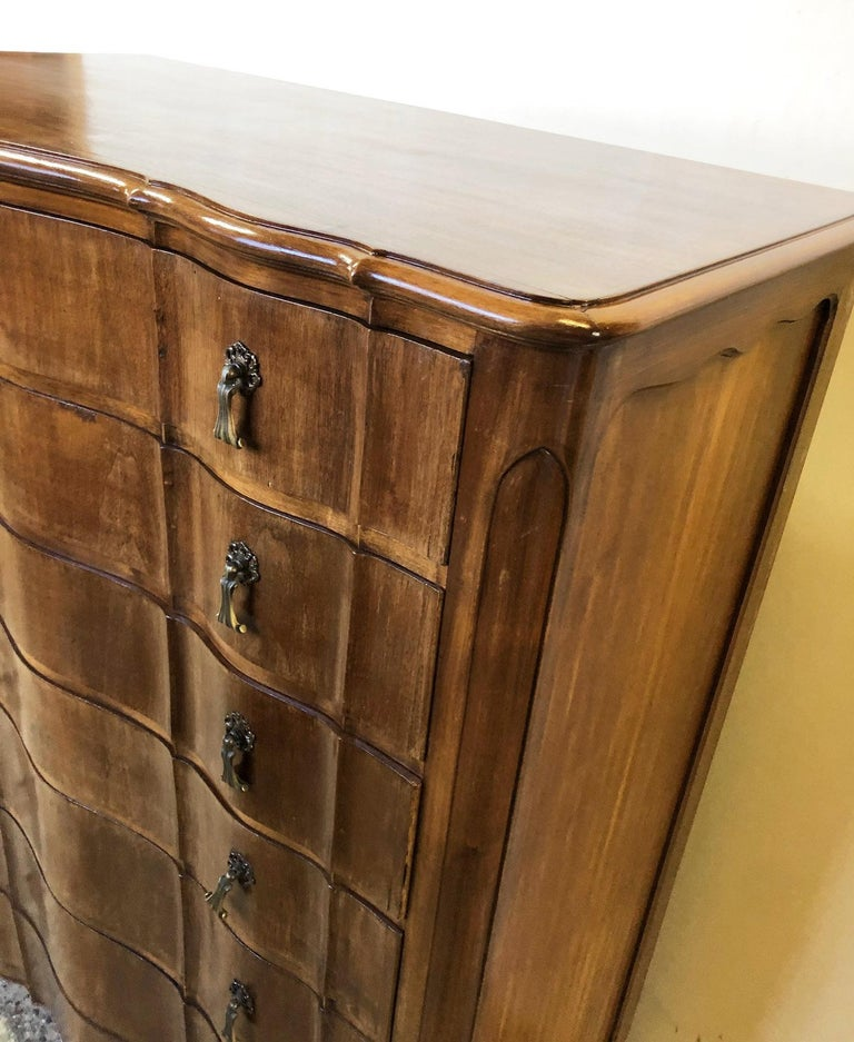 Italian Walnut Tallboy from 1960, Original Curved Shaped Drawers, Period Handles In Good Condition For Sale In Buggiano, IT