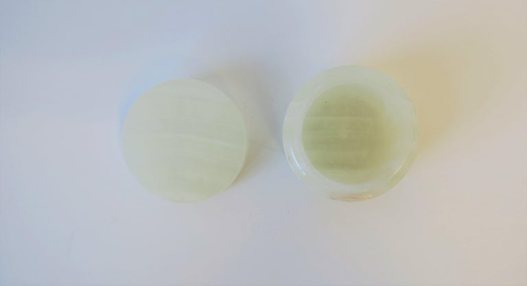 Italian White Onyx Marble Round Box In Good Condition For Sale In New York, NY
