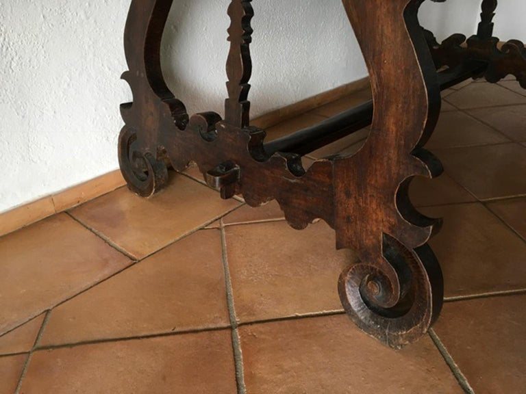 Italy 17th Century Walnut Table in Baroque Style In Good Condition For Sale In Brescia, IT