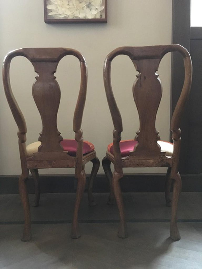 Italy Mid-18th Century Pair of Dining Chairs Solid Oak Hand Carved For Sale 4