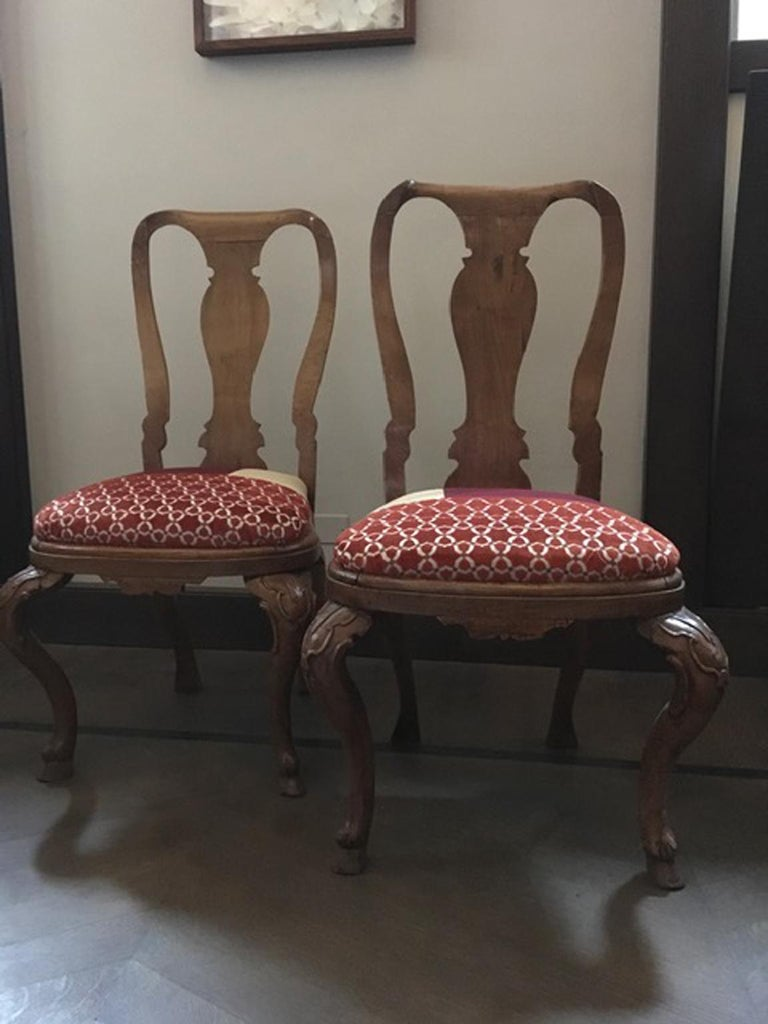 This is a very beautiful pair of elegant dining chairs hand carved in solid oak. Their shapes are gorgeous and the proportions makes them an important presence in a dining room. Deeply engraved the legs are a little masterpiece of