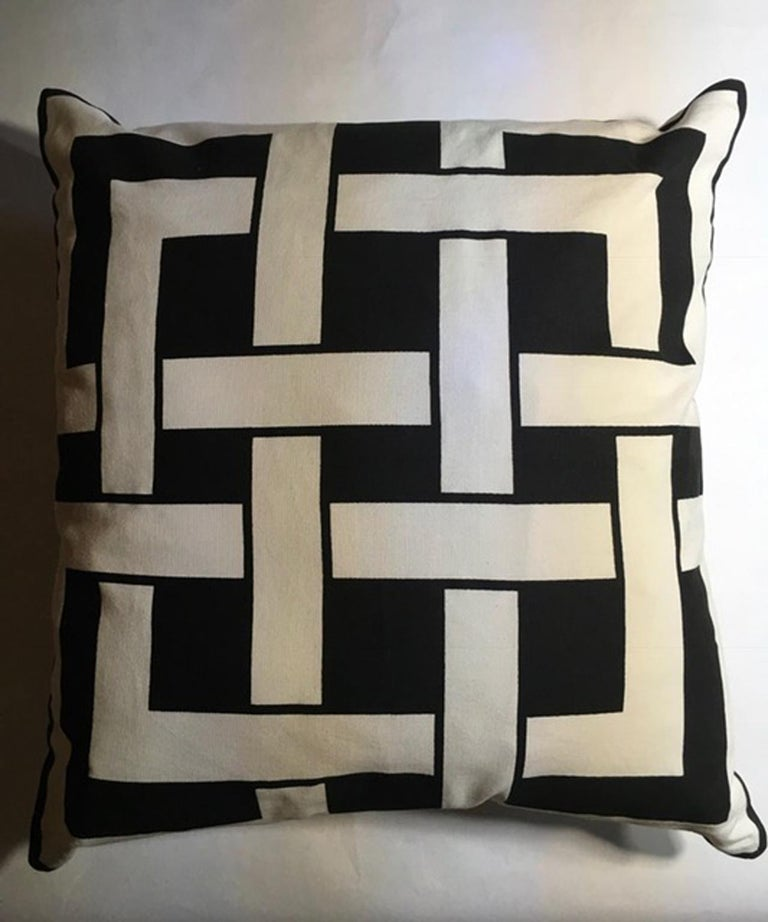 Italy Pair of Pillows in Geometric Black and White Cotton Print in Modern Style In New Condition For Sale In Brescia, IT