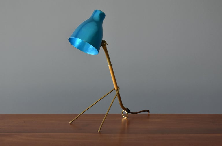 Scandinavian Modern Itsu, Modernist Table Lamp, Brass, Leather, Anodized Aluminum, Finland, 1950s For Sale