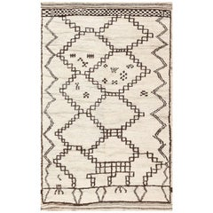 Ivory and Brown Moroccan Rug. Size: 4 ft 5 in x 7 ft (1.35 m x 2.13 m)