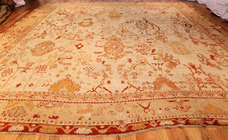 Ivory Antique Oushak Turkish Rug. Size: 13 ft 7 in x 15 ft 3 in(4.14 m x 4.65 m) For Sale 1
