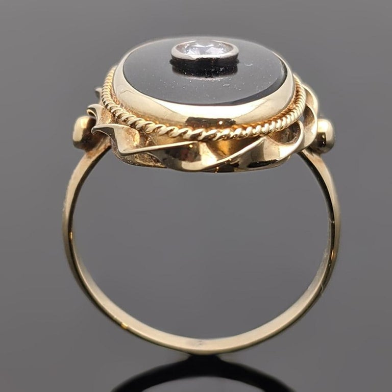 Onyx and Diamond 14 Karat Yellow Gold Ring In Good Condition For Sale In Los Angeles, CA