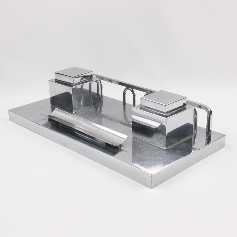 Elegant Art Deco modernist chromed metal heavy desk accessory, design attributed to French designer Jacques Adnet. Minimalist geometric shape double inkwell with lid and glass insert.