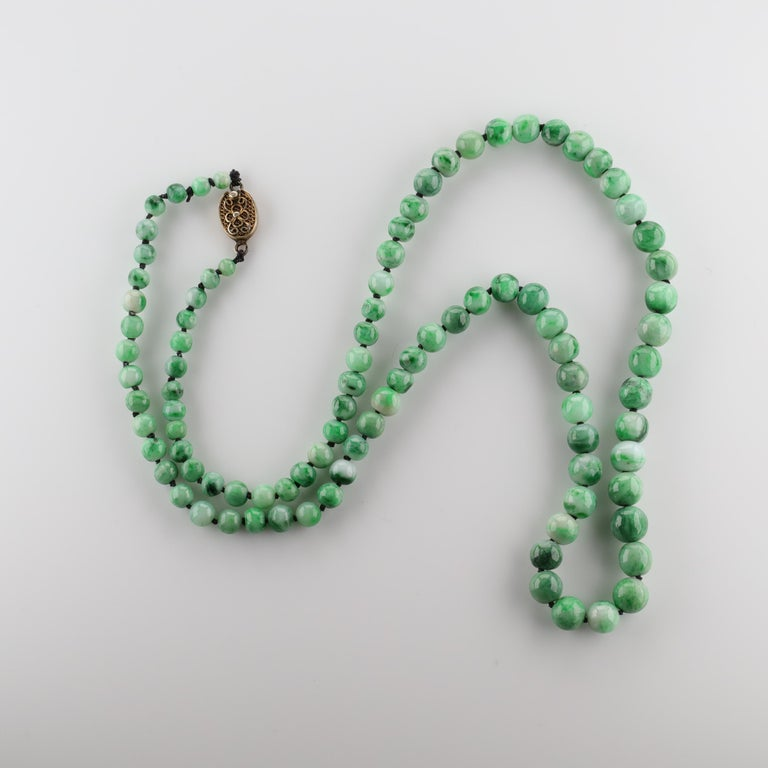 Jade Necklace circa 1930s Variegated Green Certified Untreated In Excellent Condition For Sale In Southbury, CT