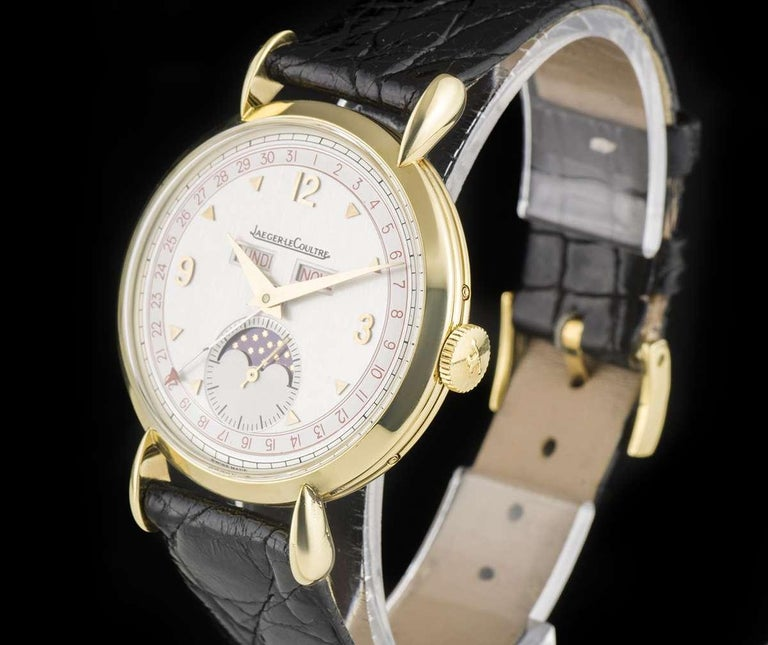A 36 mm 18k Yellow Gold Triple Date Vintage Gents Wristwatch, silver dial with applied hour markers and applied arabic numbers at 3, 9 and 12 0'clock, small seconds and moonphase aperture at 6 0'clock, weekday and month apertures at 12 0'clock, date