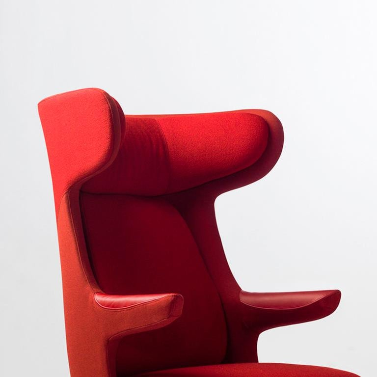 Main body made of rigid polyurethane covered with polyether foam cushioning. A fixed head rest, seat cushion and backrest in polyether foam cushioning. Cushion covers are removable.   Cast aluminium legs painted in a powder coating.  Monocolor: