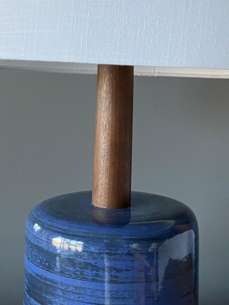 Mid-20th Century Jane & Gordon Martz, Table Lamp, Ceramic, Walnut, Linen Marshal Studios, 1950s For Sale