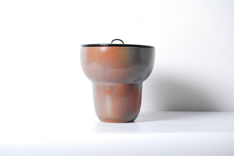 Japanese Bizen Pottery Mizusashi with Mottled Glaze and Black Lacquer Lid In Excellent Condition For Sale In Prahran, Victoria