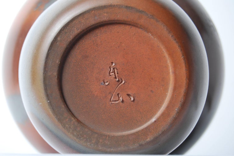Japanese Bizen Pottery Mizusashi with Mottled Glaze and Black Lacquer Lid For Sale 1