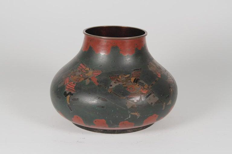 Japanese Brass Inlaid Meiji Period Bowl Depicting Samurai Warriors In Good Condition In Lambertville, NJ