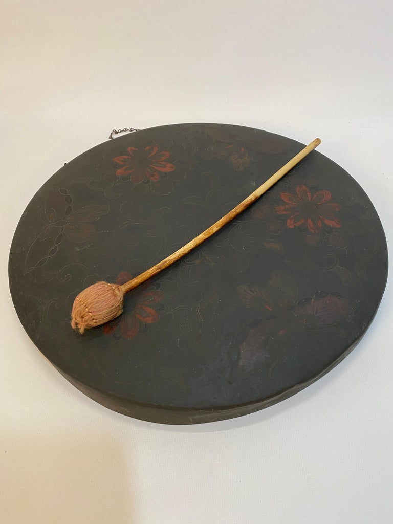 Finely engraved and colored Japanese 'gong with gong mallet. The engravings are of flowers and organic patterns, but the real stopper are the engraved butterflies around the outer border, circa 1870-1890. The piece was purchased in Pre-WWII London