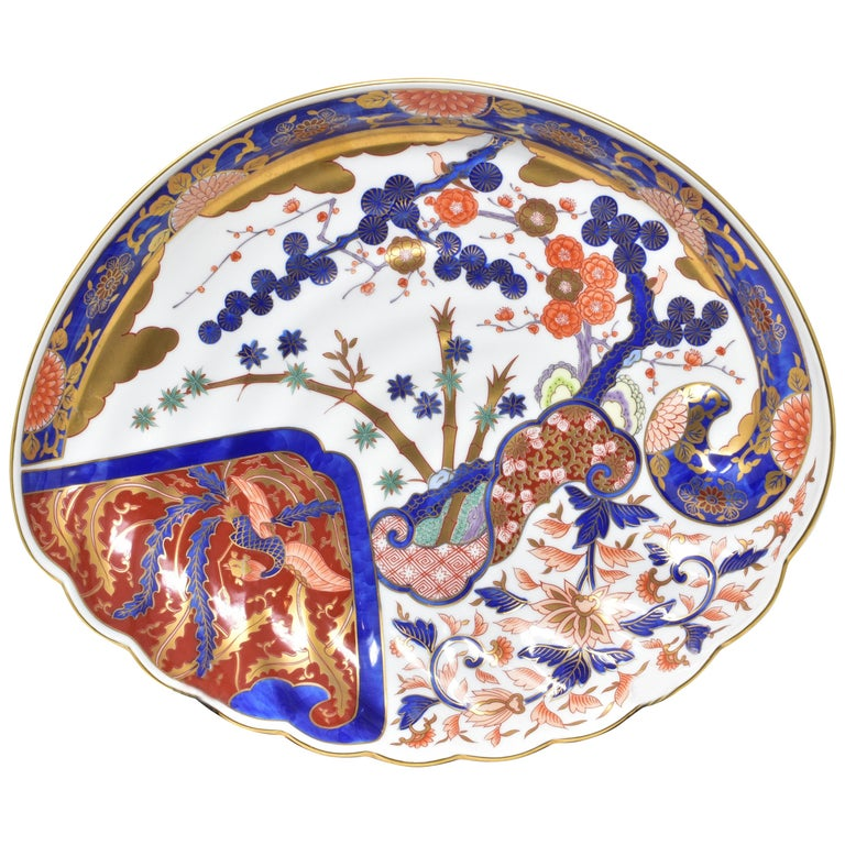 Exquisite contemporary Japanese Ko-Imari (old Imari) style charger gilded and hand painted on a stunning clam shape porcelain, crafted and signed by renowned Kiln of the Imari-Arita region of southern Japan, and is inspired by shapes and designs