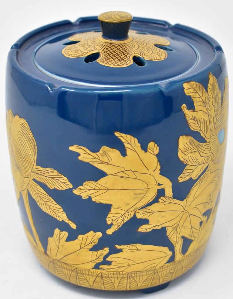 Exquisite contemporary Japanese Kutani porcelain incense burner, intricately hand painted with pure gold on an elegantly shaped body in a stunning deep blue, a signed masterpiece by widely acclaimed award-winning master porcelain artist from Kutani