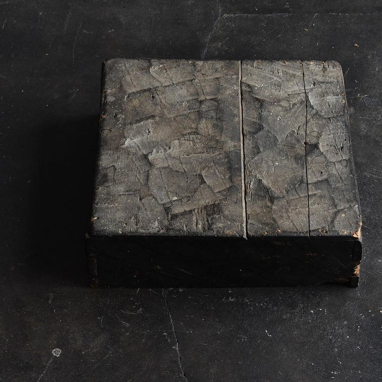 Introducing valuable items that only I, a Japanese, can find. A wooden box made in the Edo period. That lid. However, this fascinating atmosphere you will find. It is believed that it was made around the middle of Edo.  In other words, in