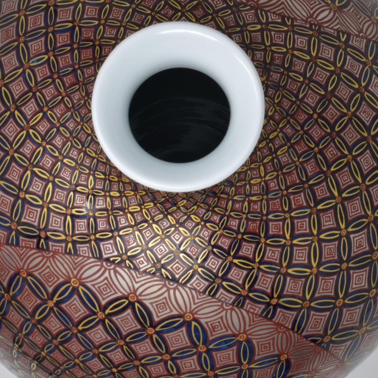 Japanese Gilded Black Red Porcelain Vase by Contemporary Master Artist For Sale 3
