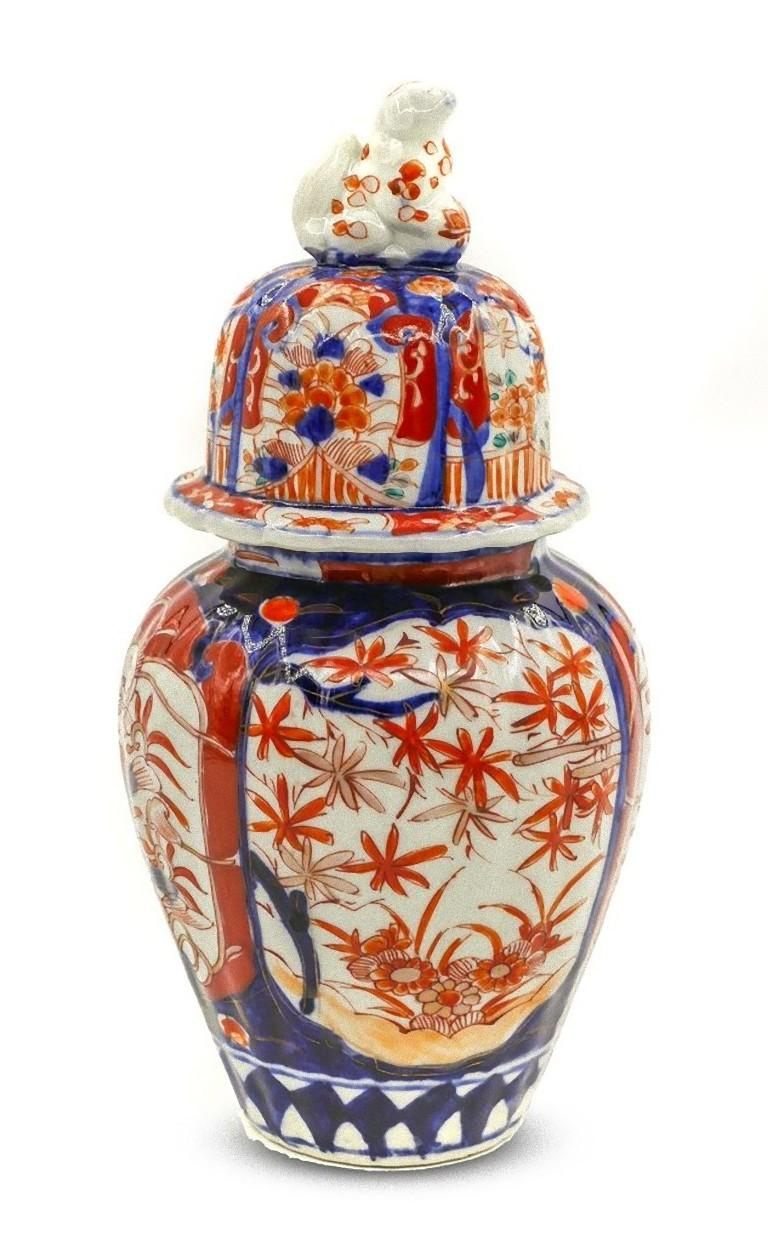 You are admiring a beautiful Japanese Imari vase realized in Japan between the end of the 19th century and the first years of the 20th century.  The ceramic vase has an animal shape on the top of the cover.  Dimensions: cm 26.5 x 12.5.  In