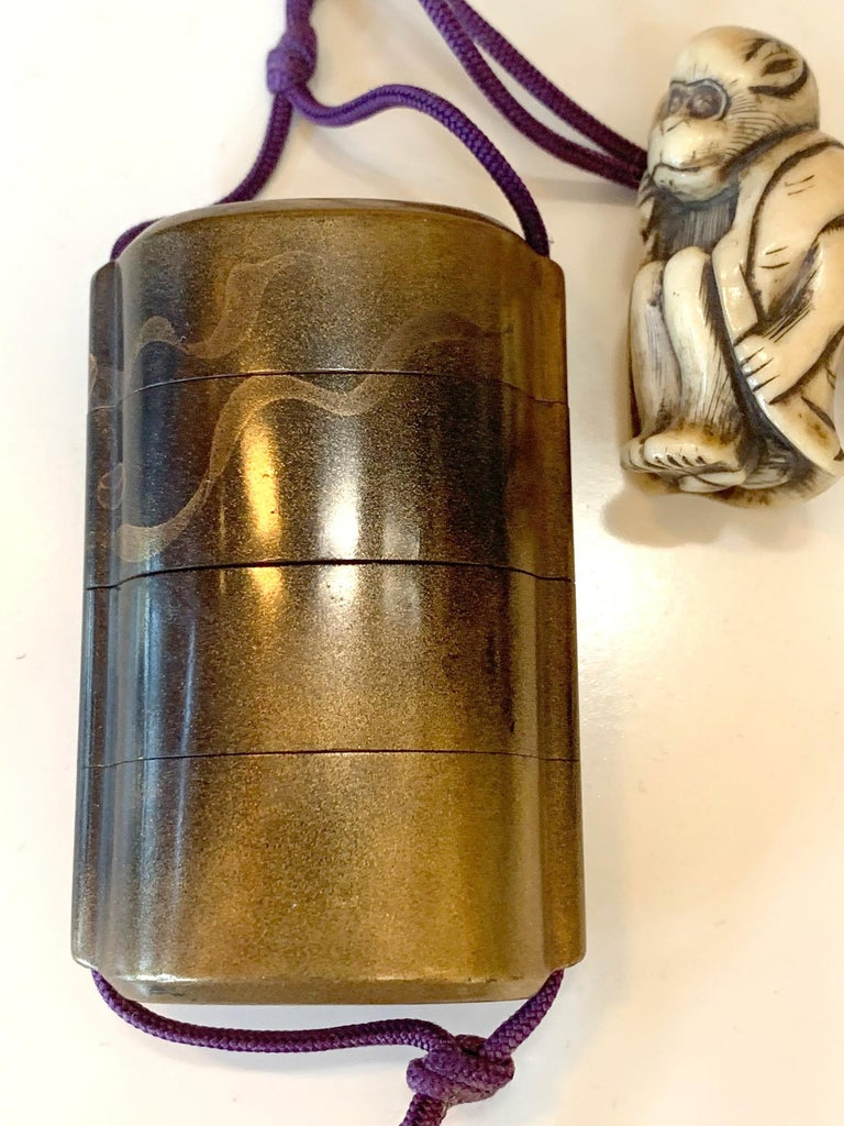 Japanese Lacquered Inro and Netsuke with Raijin Rinpa School In Good Condition For Sale In Atlanta, GA