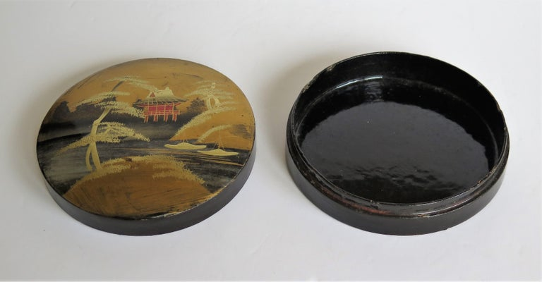 Japanese Laquered Box and Lid Hand Painted Scene, Meiji Period, circa 1900 For Sale 4