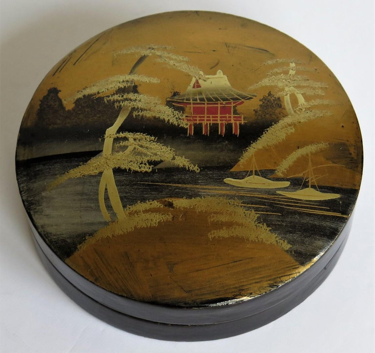 Japanese Laquered Box and Lid Hand Painted Scene, Meiji Period, circa 1900 In Good Condition For Sale In Lincoln, Lincolnshire