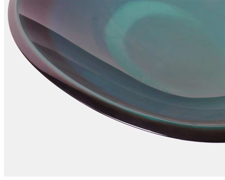 This stylish Mid-Century Modern platter is crafted by lacquerware artist (urushi shokunin) Yoshiteru Minami (1921-2006) whose work is held in the collection of The National Museum of Modern Art, Tokyo.   The subtle variation in tones of lacquer,
