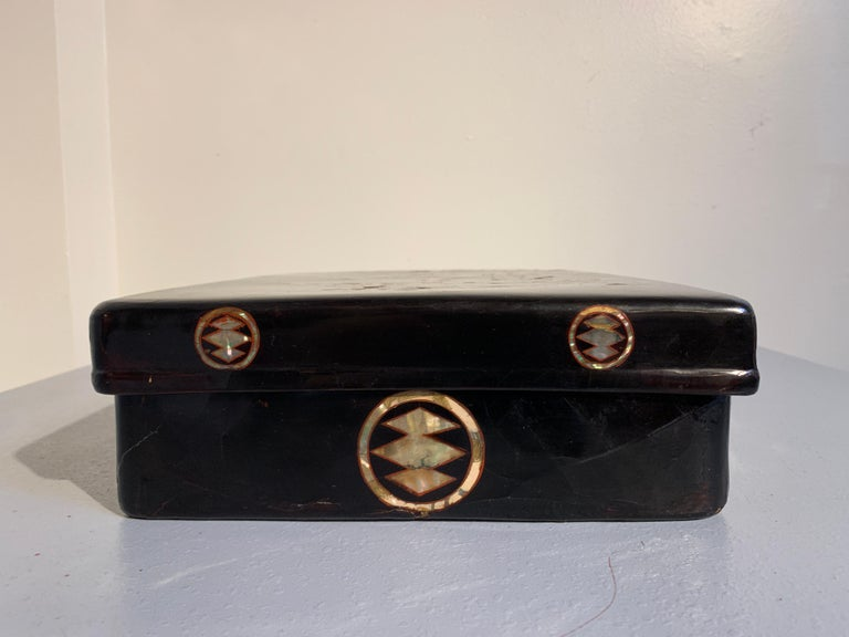 Japanese Momoyama Period Black Lacquer and Mother of Pearl Box, 16th Century For Sale 2