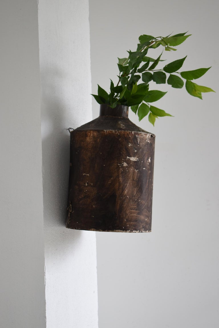 An old Japanese tin bottle. It is an item from the early Showa period.  It stored tea leaves. This is covered with paper to prevent moisture.  Over time, it has a taste and is as beautiful as an abstract painting. It is a rare item.  Weight