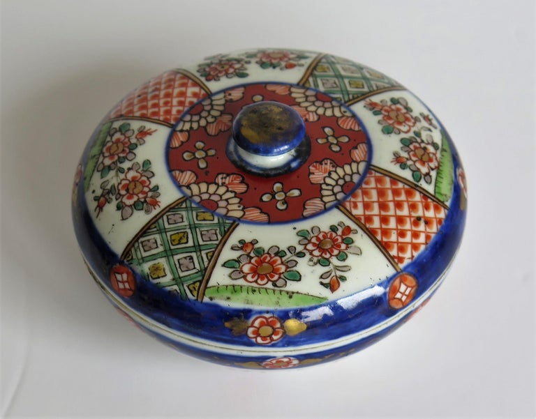 Japanese Porcelain Circular Lidded Box Hand Painted, Meiji Period, circa 1880 For Sale 5
