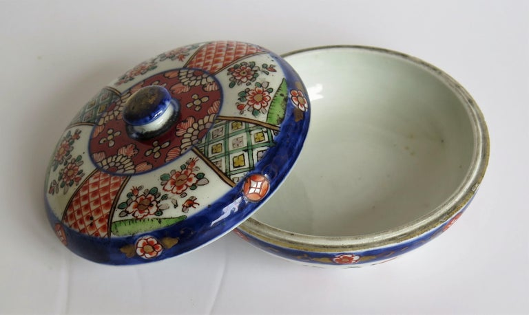 Japanese Porcelain Circular Lidded Box Hand Painted, Meiji Period, circa 1880 For Sale 6