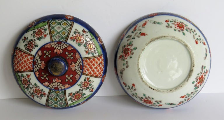 Japanese Porcelain Circular Lidded Box Hand Painted, Meiji Period, circa 1880 For Sale 7