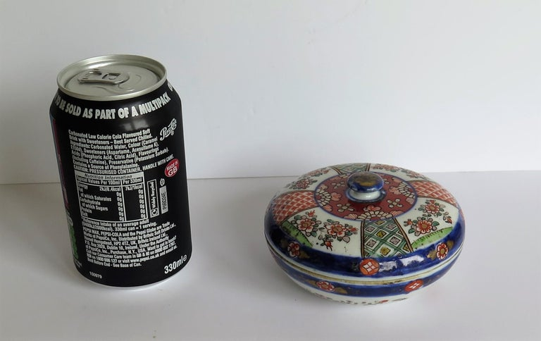 Japanese Porcelain Circular Lidded Box Hand Painted, Meiji Period, circa 1880 For Sale 14