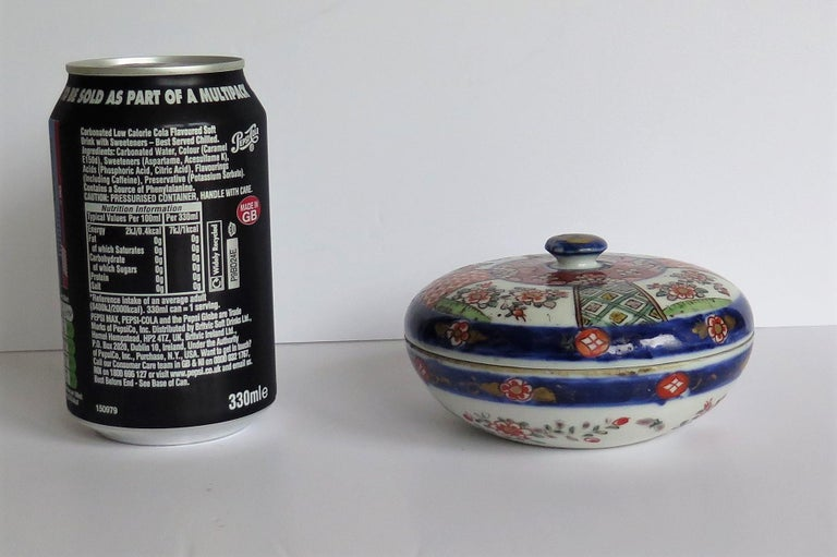 Japanese Porcelain Circular Lidded Box Hand Painted, Meiji Period, circa 1880 For Sale 15