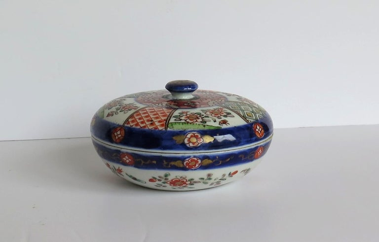 Japanese Porcelain Circular Lidded Box Hand Painted, Meiji Period, circa 1880 In Good Condition For Sale In Lincoln, Lincolnshire