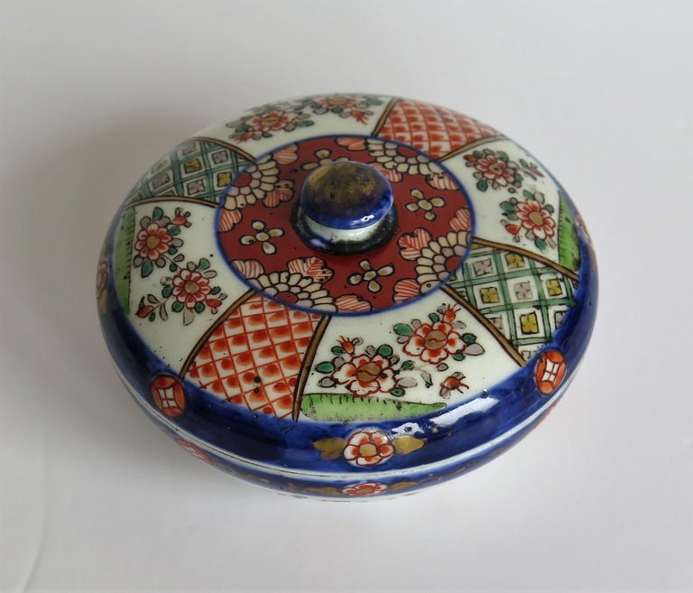 Japanese Porcelain Circular Lidded Box Hand Painted, Meiji Period, circa 1880 For Sale 1