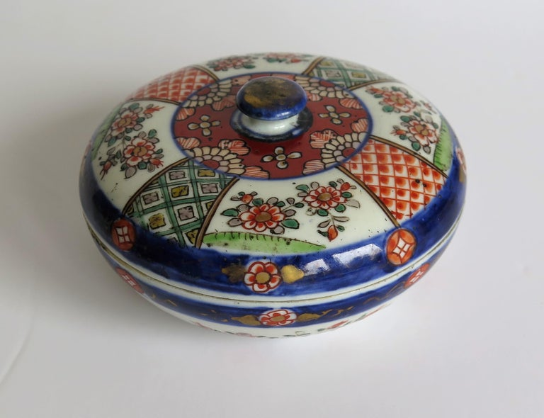 Japanese Porcelain Circular Lidded Box Hand Painted, Meiji Period, circa 1880 For Sale 2