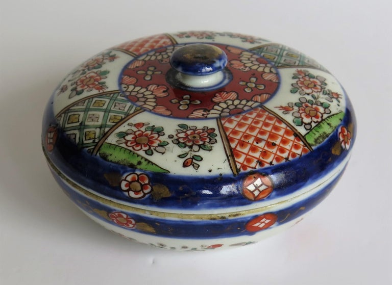 Japanese Porcelain Circular Lidded Box Hand Painted, Meiji Period, circa 1880 For Sale 3