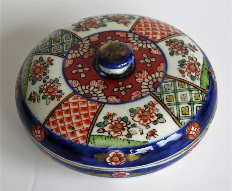 Japanese Porcelain Circular Lidded Box Hand Painted, Meiji Period, circa 1880 For Sale 4