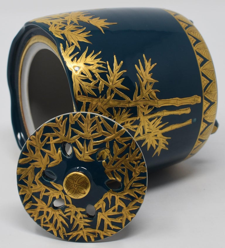 Exceptional contemporary Japanese Kutani porcelain incense burner, intricately hand painted with pure gold on an elegantly shaped body in deep blue, a signed masterpiece by widely acclaimed award-winning master porcelain artist from Kutani region of