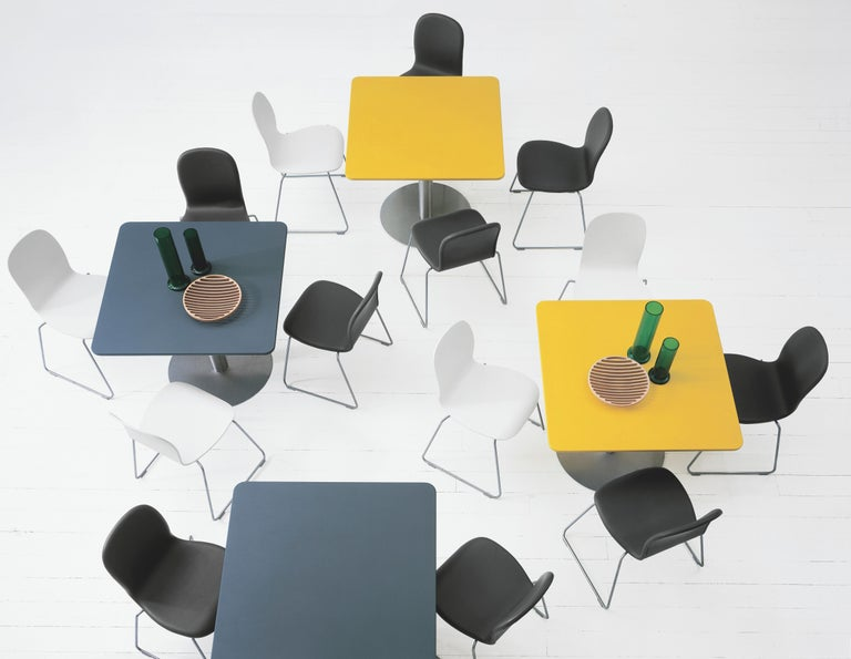 Easy to stack, to a maximum of 6 pieces, the Tate chair designed by Jasper Morrison is part of a range that includes chairs and stools. This series has a base made of satined stainless steel and the seat is made of beech plywood that is Matte