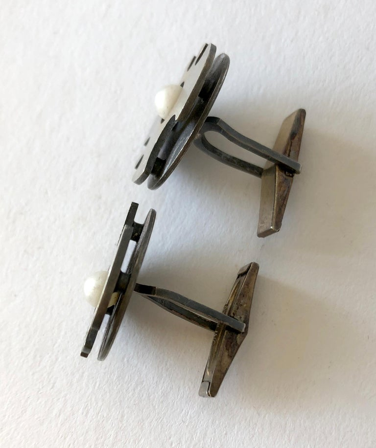 Jay Tuttle Sterling Silver Pearl American Modernist Cufflinks In Good Condition For Sale In Los Angeles, CA
