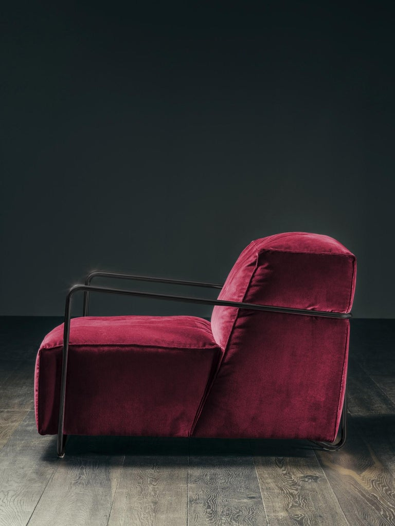International Style Je T'Attends Armchair in Magenta Velvet and Matte Black Metal For Sale