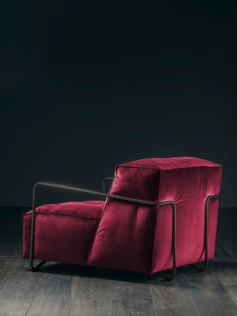 Je T'Attends Armchair in Magenta Velvet and Polished Black Metal 4