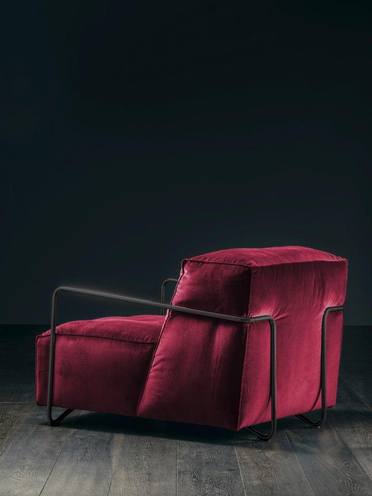 Italian Je T'Attends Armchair in Magenta Velvet and Matte Black Metal For Sale