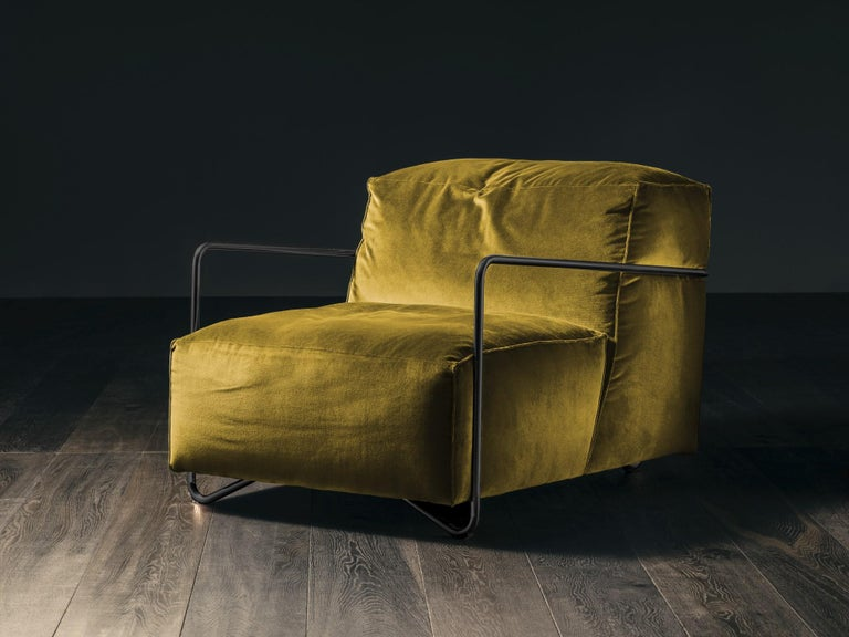 Contemporary Je T'Attends Armchair in Magenta Velvet and Matte Black Metal For Sale